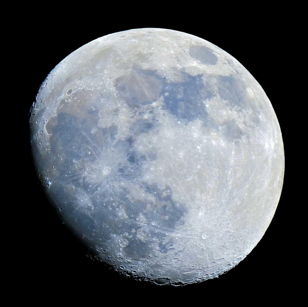 Mond mit einem 1000mm Objektiv manuell fokusiert