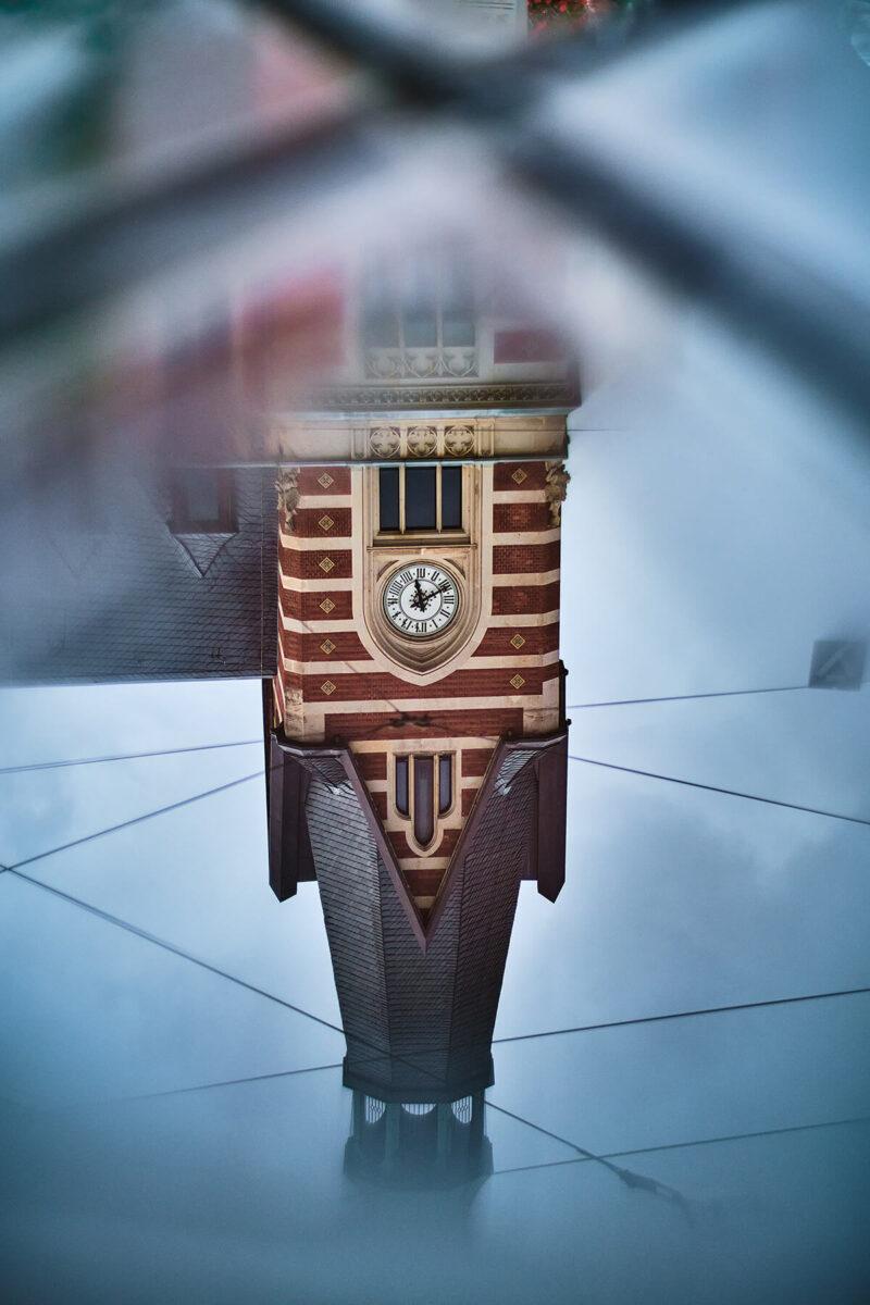 Uhrenturm Spiegelung in einer Pfütze